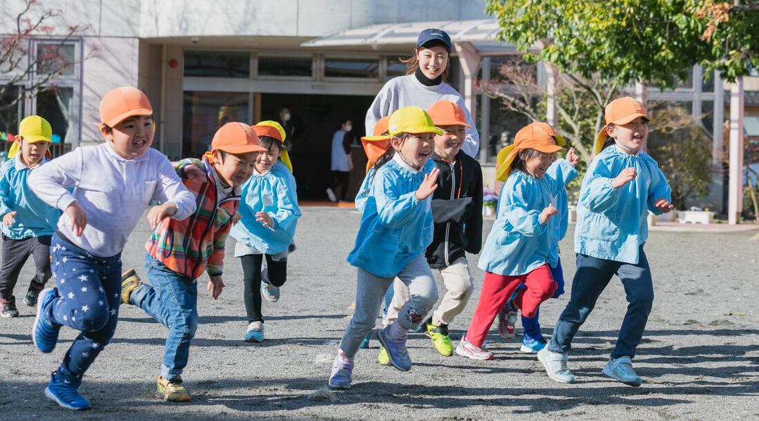 楽しく遊ぶ園児たちの写真
