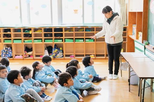 教室で学ぶ子供たちの写真