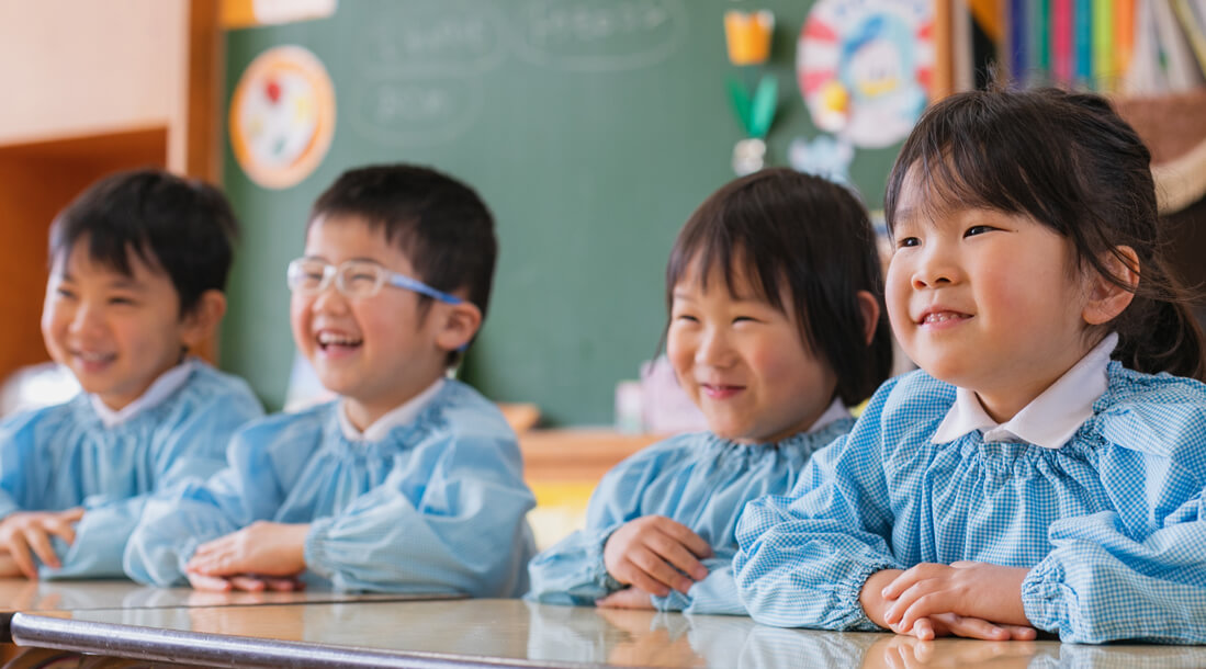 笑顔の幼児たちの写真