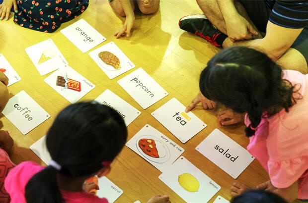 英語を学ぶ園児たちの写真