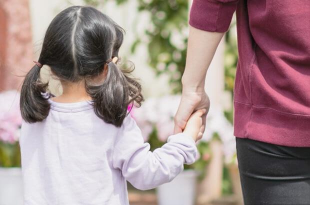 手をつなぐ園児の写真
