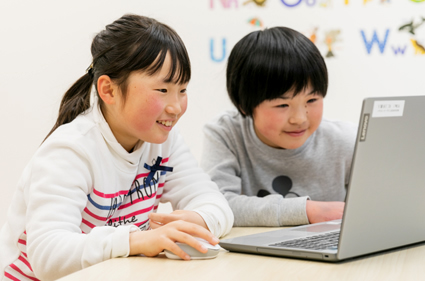 デジタルテキストを読む子どもの写真