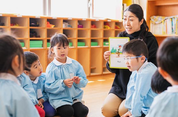英語教室で学ぶ園児の写真