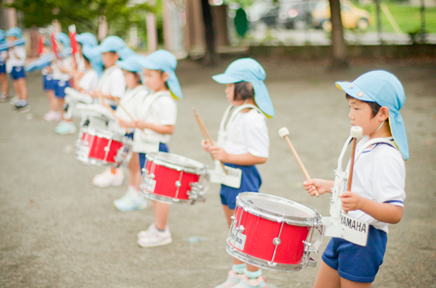 音楽教室で学ぶ園児の写真
